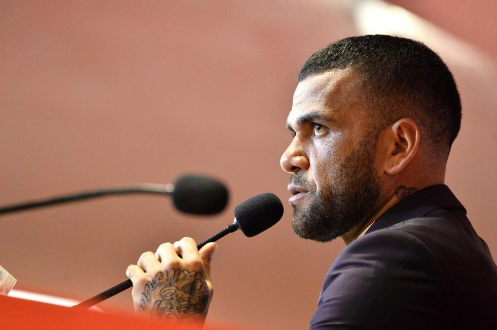 Daniel Alves, sempre com boas frases, responde aos questionamentos no São Paulo — Foto: Marcos Ribolli