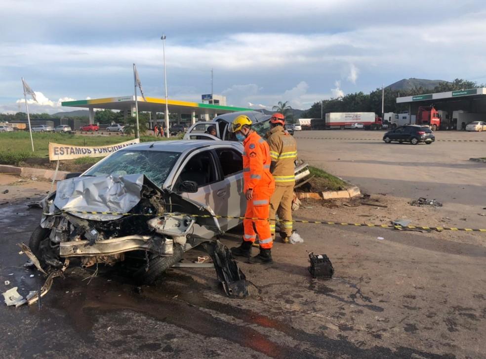 Parte dianteira dos veículos envolvidos em acidente na BR-381, em Ravena, ficou totalmente destruída — Foto: Divulgação/ Corpo de Bombeiros