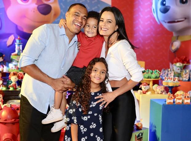 Luciele Di Camargo e Denilson com os filhos (Foto: Manuela Scarpa/Brazil News)