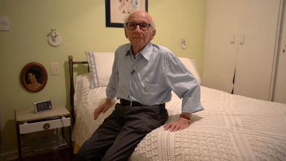 Andor Stern, em sua casa em SP: 'Cada dia que eu vivo é uma sobremesa. Talvez isso explique essa intensidade de querer viver e que os outros vivam. Tenho o máximo respeito pela vida' — Foto: BBC