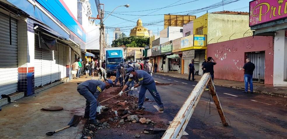 Rua Episcopal ficou com muita lama e sujeira após temporal em São Carlos — Foto: Prefeitura de São Carlos/Divulgação