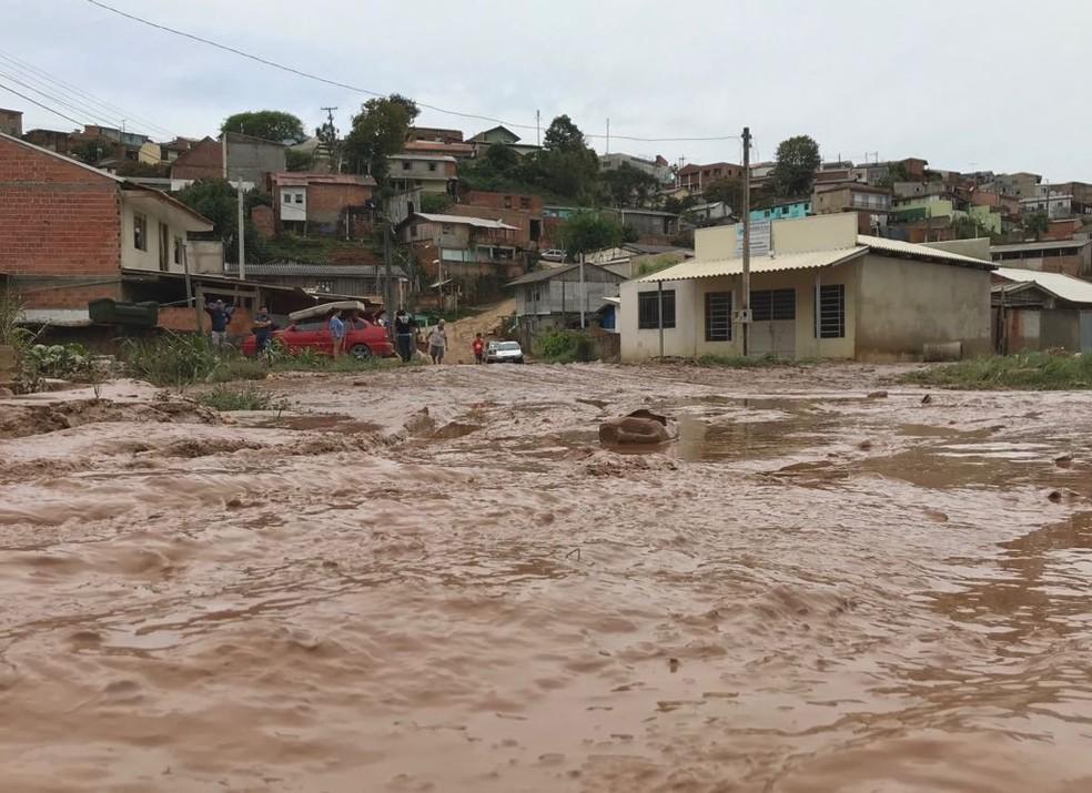 Almirante Tamandaré amanheceu cheia de lama nesta quinta-feira (18) — Foto: Anderson Grossl/RPC