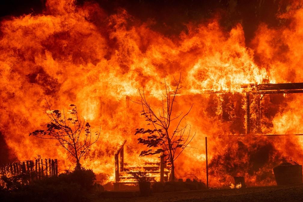 Chamas consomem uma casa em Lakeport, na Califórnia (EUA), durante incêndio florestal que assola o estado e foi apelidado de 'River Fire' (Foto: Noah Berger/AP)