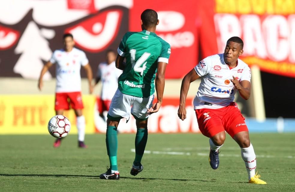 Alan Mineiro se deu bem em clássicos contra o Goiás, como em 2017 — Foto: Cristiano Borges / O Popular