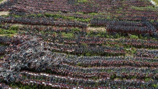 Cemitérios de bicicleta como este na China evidenciaram o problema do crescimento desordenado dos serviços de compartilhamento (Foto: GETTY IMAGES)
