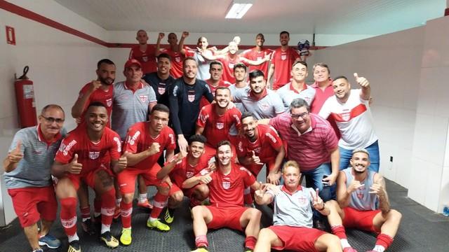 CRB comemora vitória no vestiário da Arena Batistão
