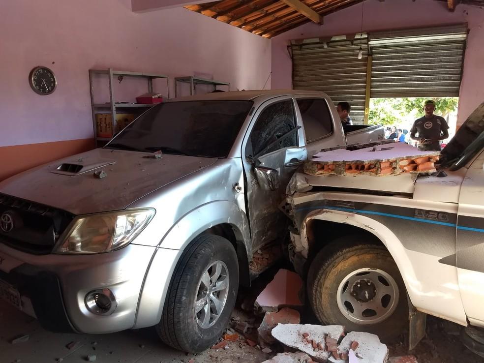 Hilux estacionada em garagem foi atingida por D20 — Foto: Divulgação/Polícia Militar