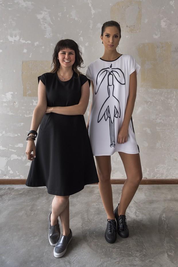 A estilista Amanda Prussak e um dos looks de sua Dress for Freedom (Foto: Divulgação)