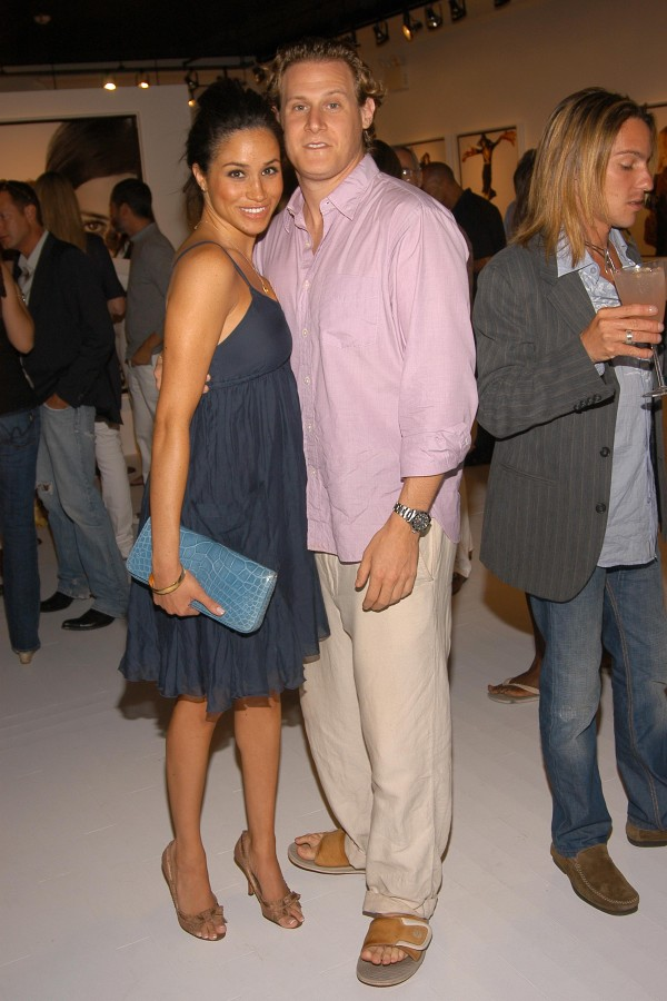 EAST HAMPTON, NY - AUGUST 26: Meghan Markle and Trevor Engelson attend COACH Legacy Photo Exhibit by REED KRAKOFF at Coach on August 26, 2006 in East Hampton, NY. (Photo by Billy Farrell/Patrick McMullan via Getty Images) (Foto: Patrick McMullan via Getty Image)