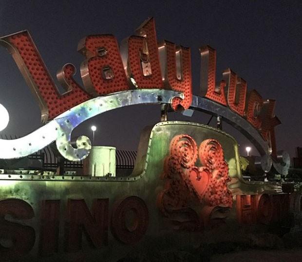 Letreiros a noite no Museu de Neon, em Las Vegas (Foto: JayHall83/Instagram/Reprodução)