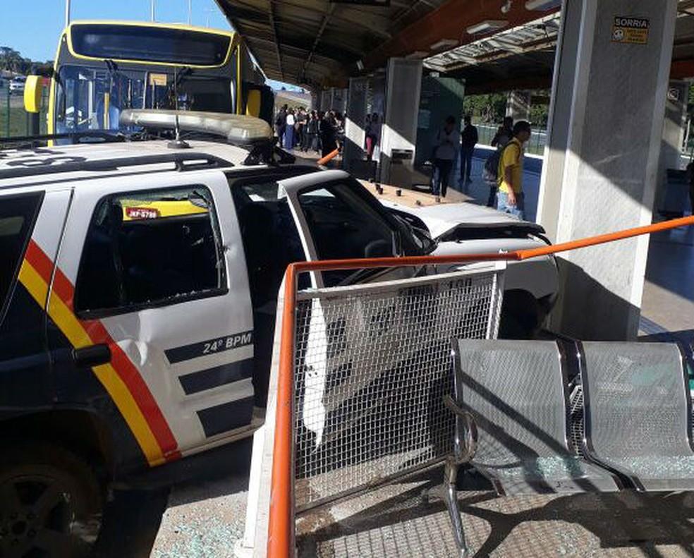 Carro da Polícia Militar do DF fica com a frente destruída após bater em estação do BRT (Foto: Arquivo pessoal)