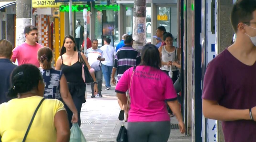Comerciantes voltam a trabalhar após flexibilização de decreto em Pouso Alegre, MG
