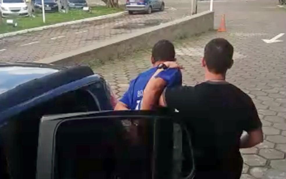 Suspeito de diversos assassinatos foi preso pela Polícia Civil de Pernambuco (Foto: Divulgação/Polícia Civil)