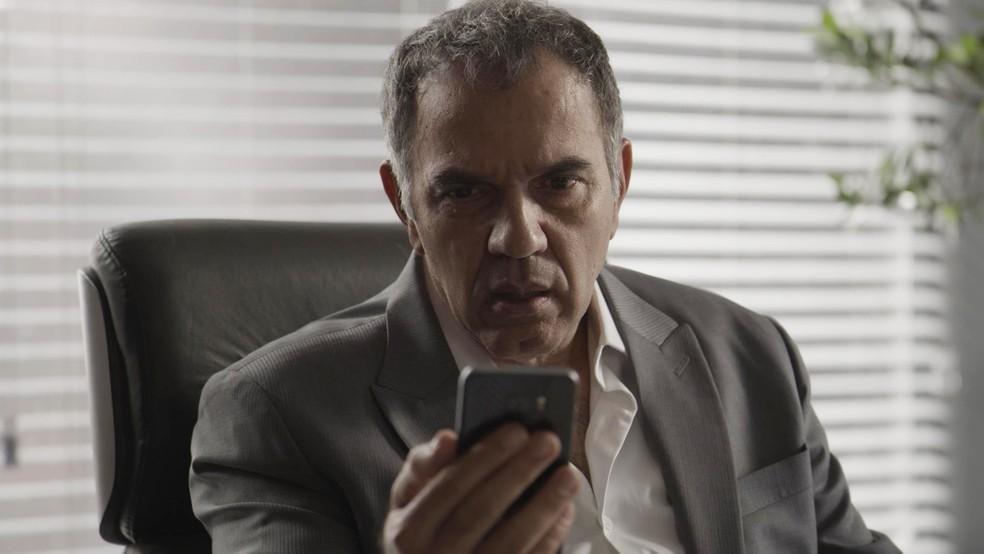 Eurico recebe nova mensagem secreta enviada por Irene — Foto: TV Globo