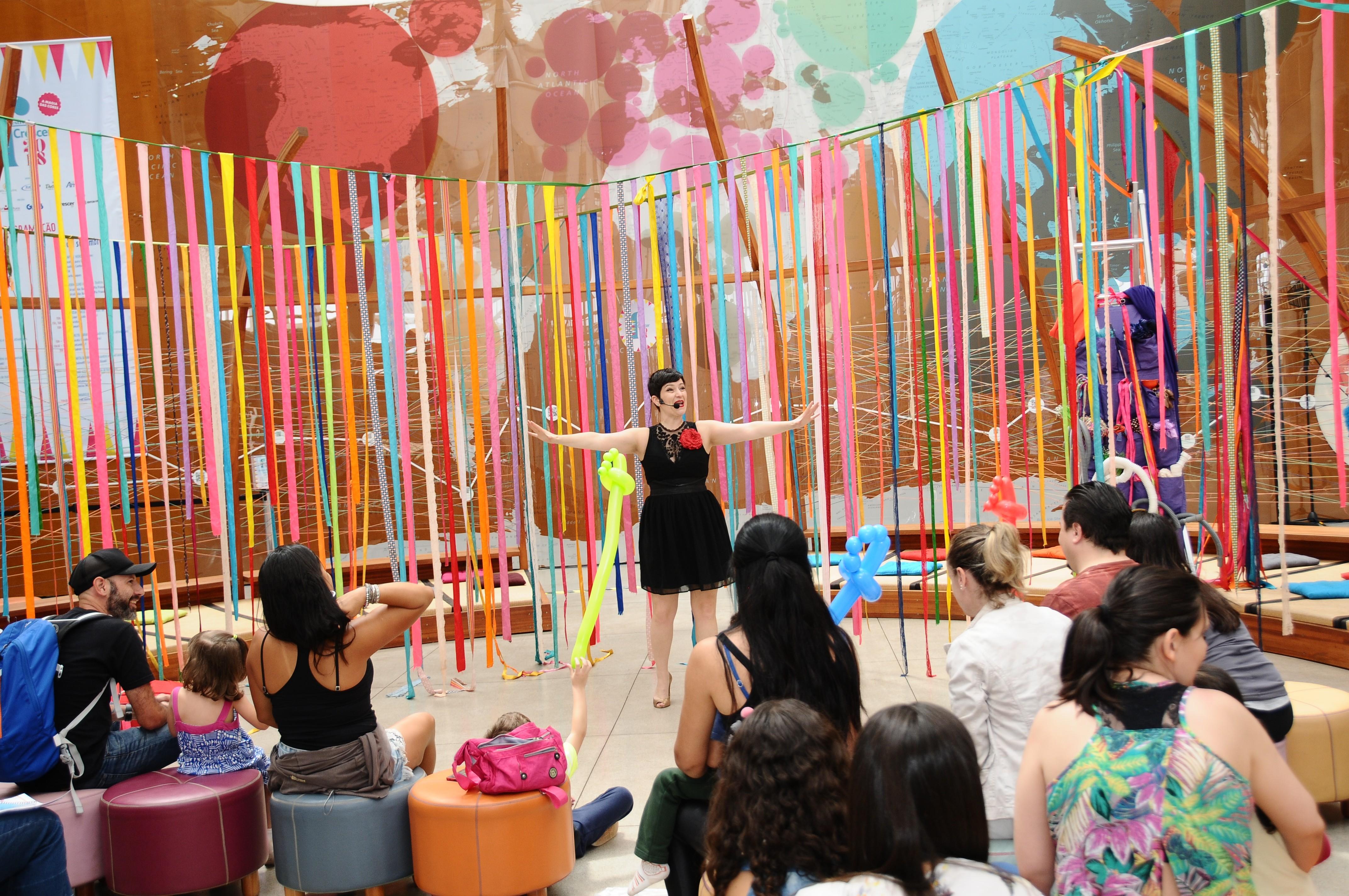 Contação de histórias com Kiara Terra (Foto: Sylvia Gosztonyi/ Editora Globo)