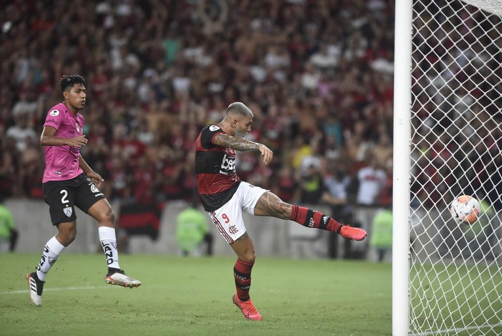 Gabigol faz mais um pelo Flamengo e empata com Fred na artilharia do novo Maracanã