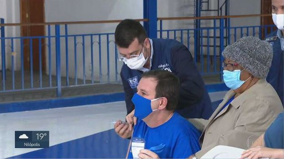 Eduardo Paes é vacinado contra a Covid-19 na quadra da Portela — Foto: Reprodução/ TV Globo