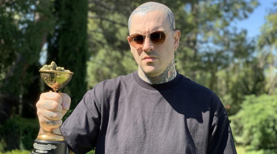 Harold Winston, brasileiro radicado na Califórnia, com uma das Cannabis Cup que vendeu (Foto: João Dias/Divulgação)
