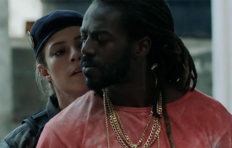 Em 'A Força do Querer', Jeiza (Paolla Oliveira) prende Sabiá (Jonathan Azevedo) — Foto: Globo