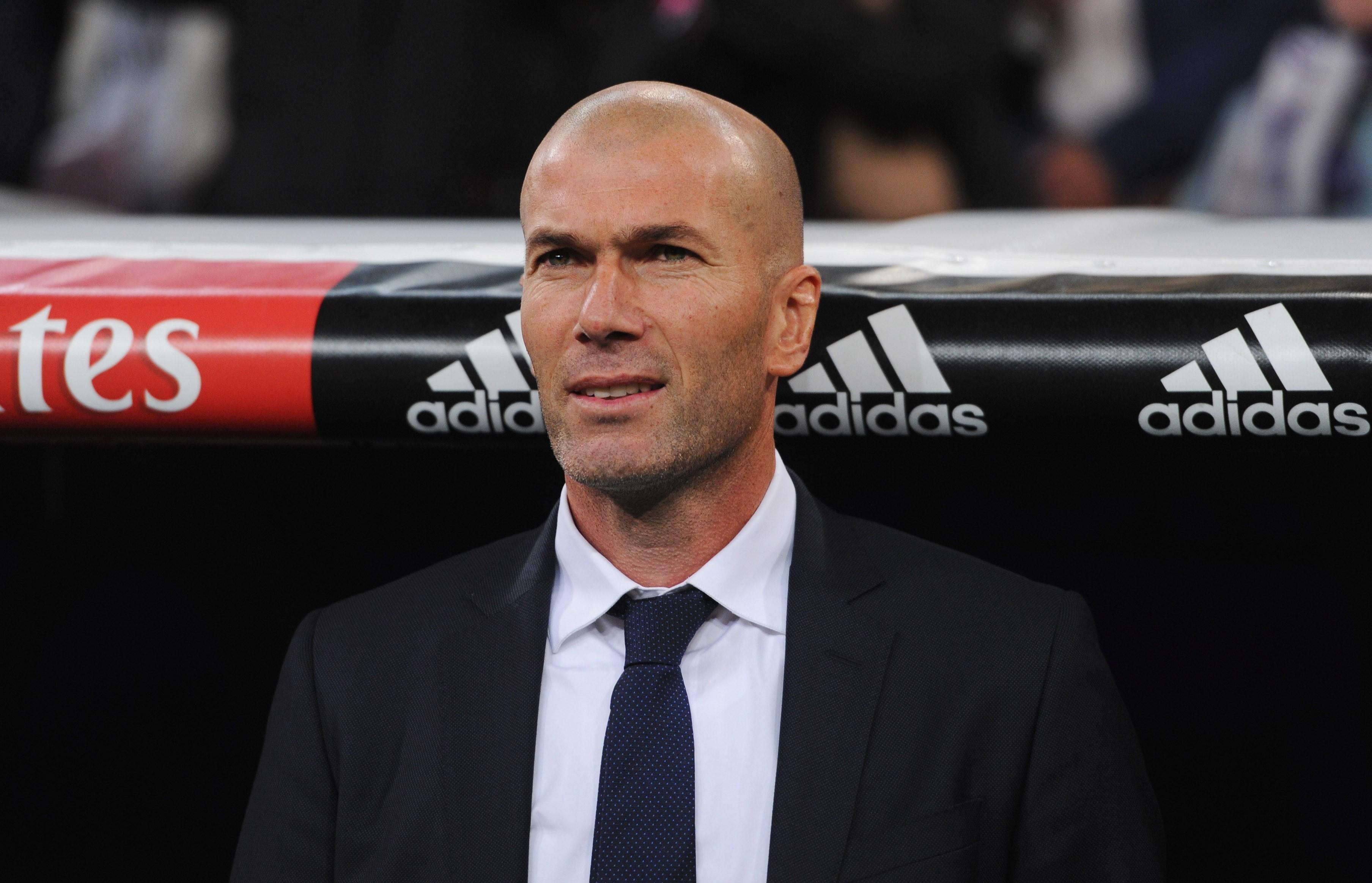 A imagem que fica de Zinedine Zidane à beira do campo como treinador do Real Madrid: campeão de tudo, sempre elegante (Foto: Getty Images  / Denis Doyle)