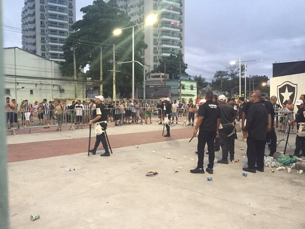 Policiais tentaram conter a confusão usando bombas de efeito moral (Foto: Thiago Lima)