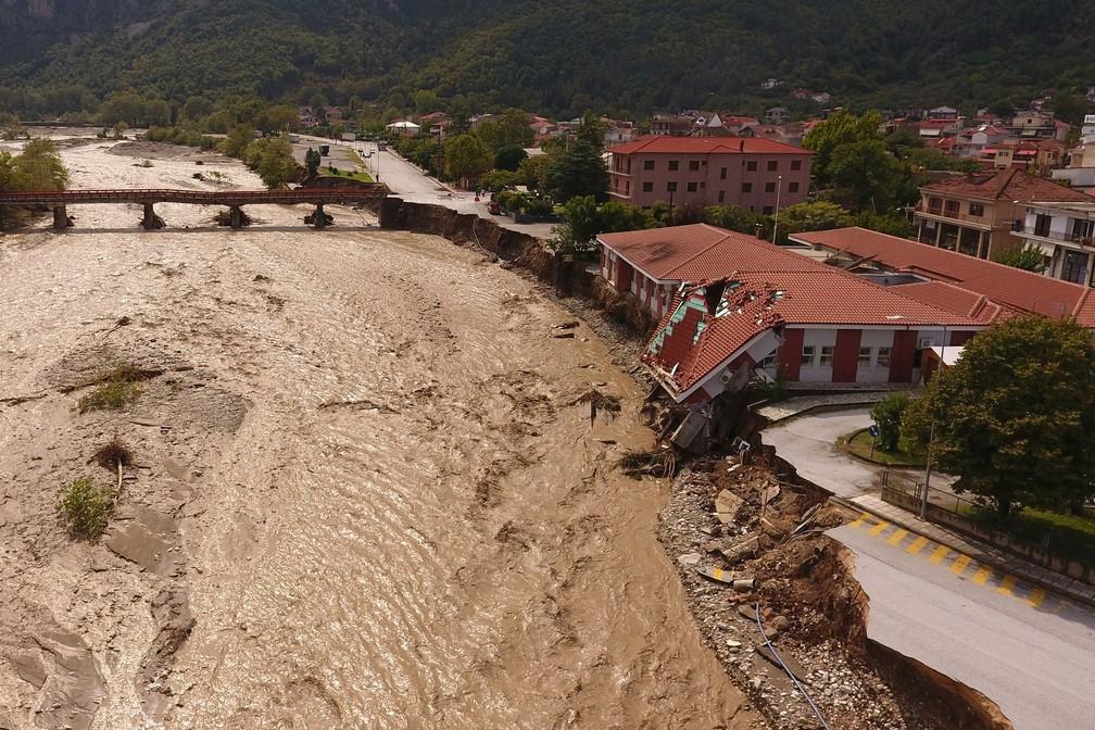 Vista de um centro médico parcialmente destruído próximo ao rio Pamissos, na cidade de Mouzaki — Foto: Giannis Floulis/Reuters