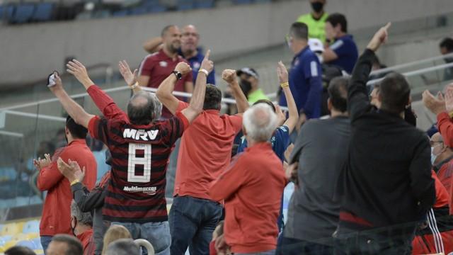Torcedores do Flamengo se manifestam virados para convidados do Fluminense