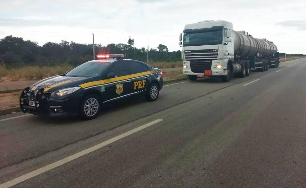PRF faz escolta de caminhões carregados de QAV para os aeroportos de Natal, João Pessoa e Fortaleza (Foto: PRF/Divulgação)