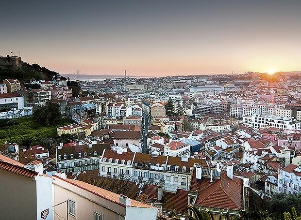 Céu e silhueta de Lisboa, com o Castelo de São Jorge à esquerda e os bairros de Alfama e Baixa no pôr do sol  (Foto: Iñigo cia da riva/Thinkstock)