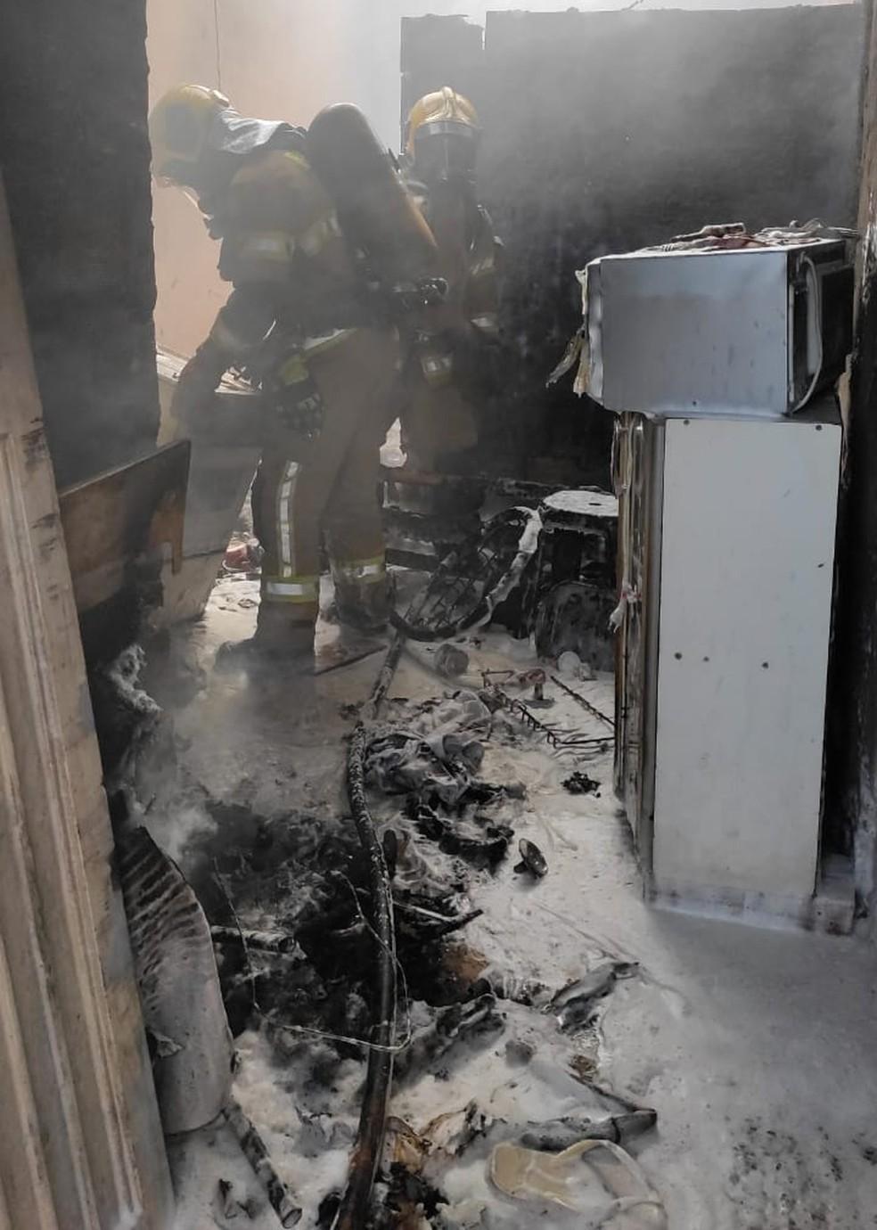 Incêndio destrói casa e deixa dois jovens feridos no DF — Foto: CBMDF/Divulgação