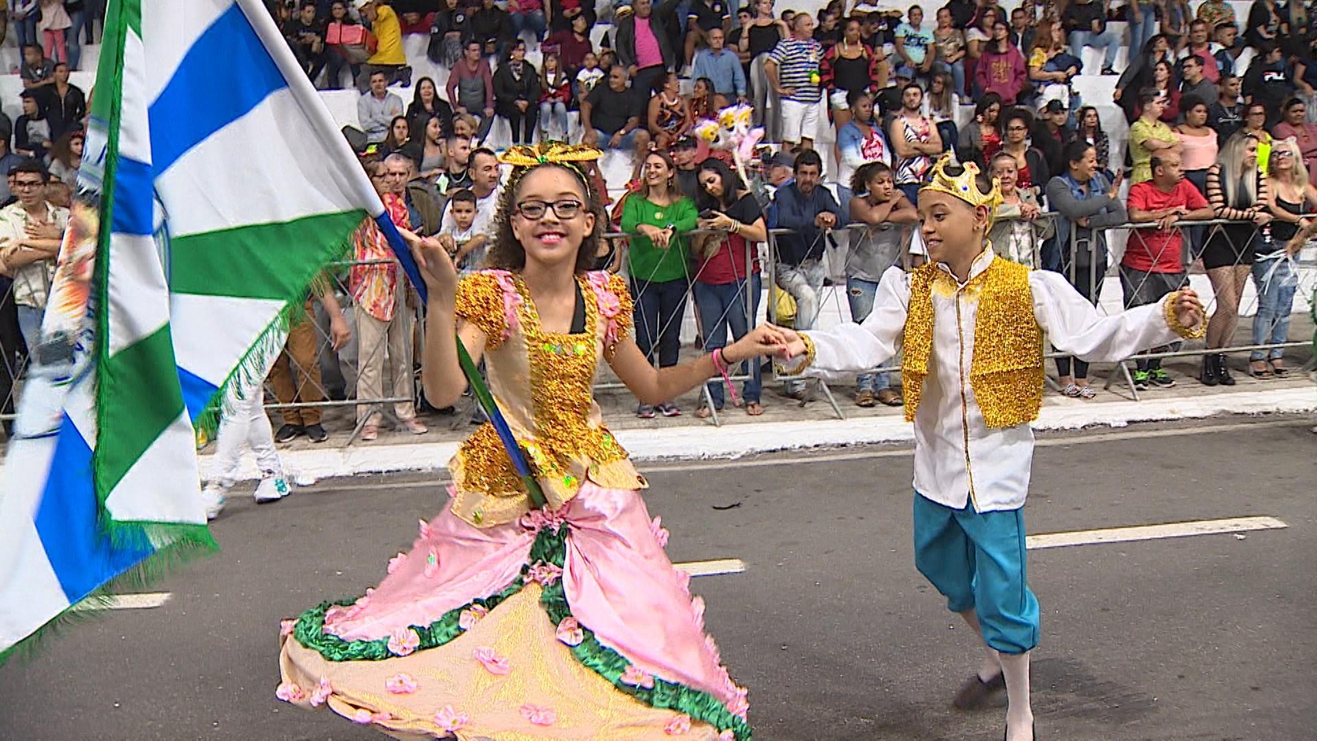 Escolas homenageiam deuses, Cristo, Marias e Serra da Mantiqueira durante desfile em Taubaté