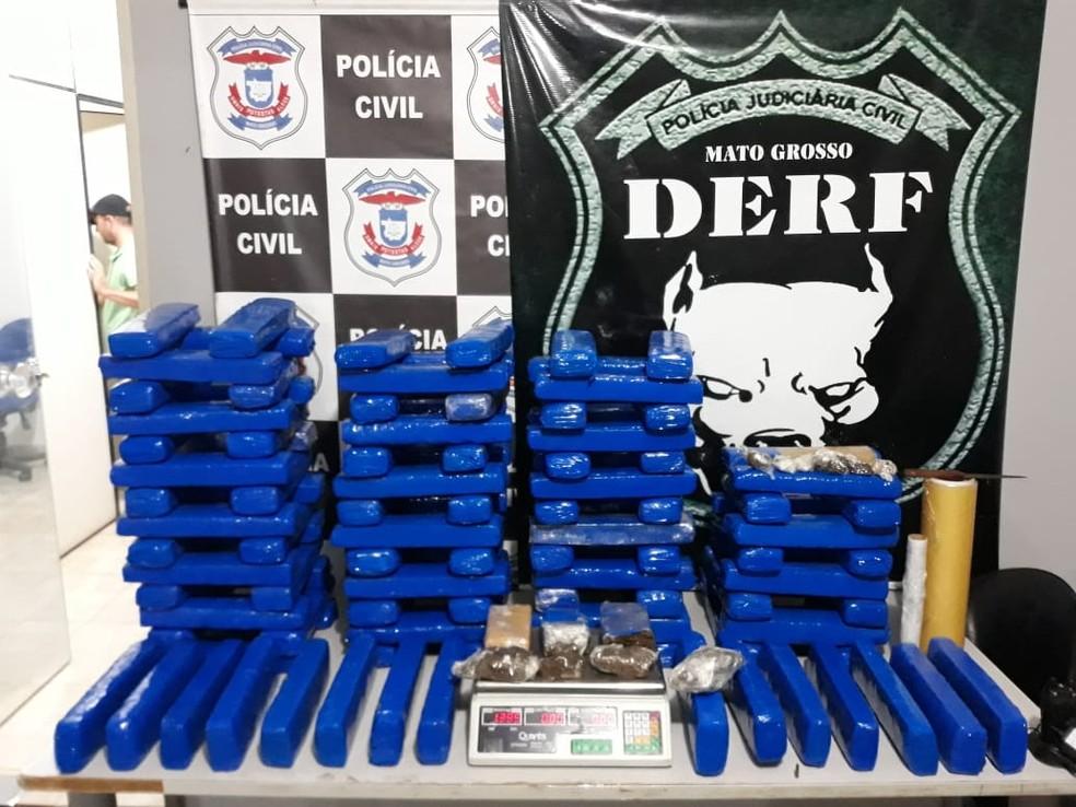 Jonatha Fernando Moraes Mata, de 21 anos, foi abordado e confessou que abastecia diversos pontos de venda de droga em Rondonópolis — Foto: Derf/Rondonópolis