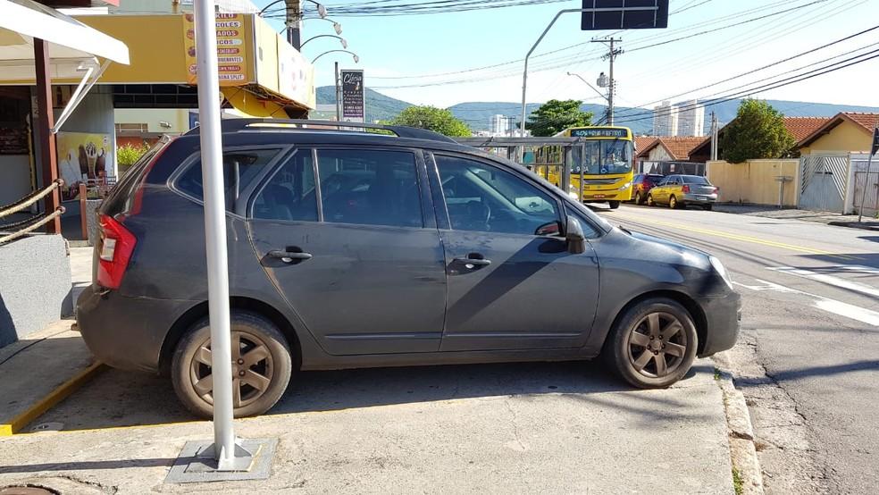 Carro foi apreendido pela polícia em Jundiaí — Foto: Moniele Nogueira/TV TEM