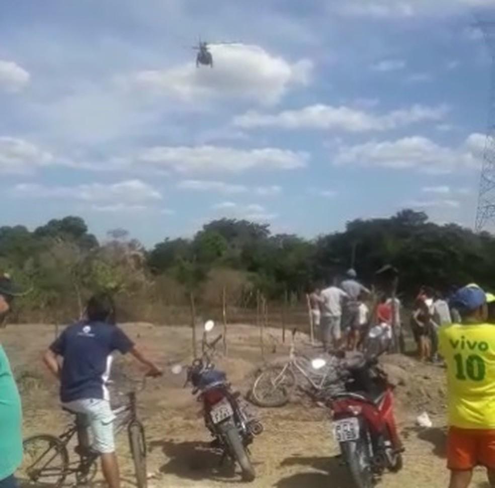 Bombeiros contam com apoio de um helicóptero da polícia nas buscas por garoto desaparecido — Foto: Arquivo pessoal