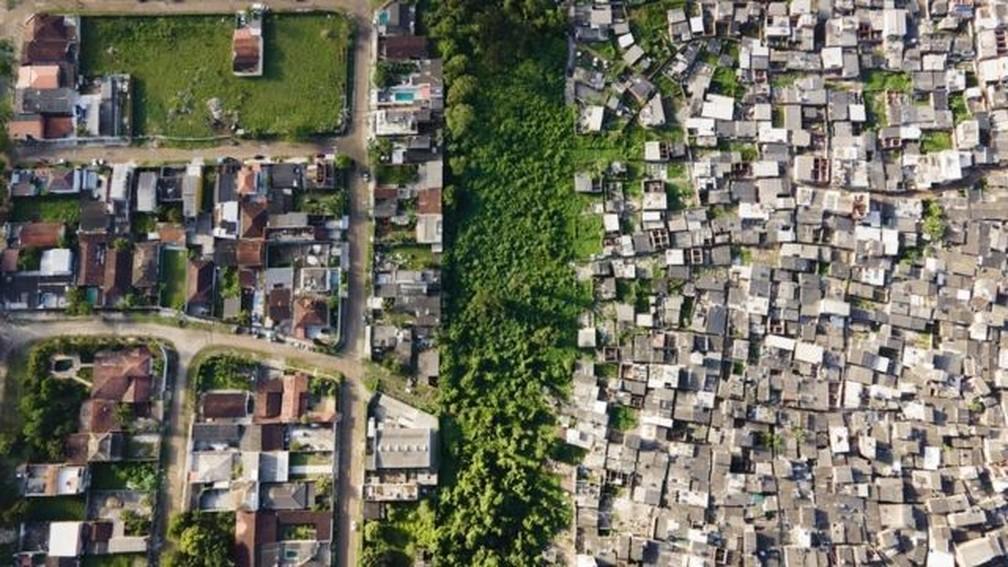Imagem aérea do Guarujá; fotógrafo Johnny Miller está no Brasil desde outubro — Foto: JOHNNY MILLER / UNEQUAL SCENES