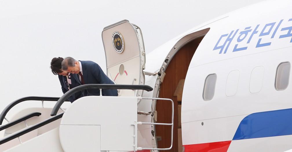O presidente sul-coreano Moon Jae-in e a primeira-dama Kim Jung-Sook curvam-se ao embarcar em um avião no aeroporto perto do Monte Paektu, na Coreia do Norte, em 20 de setembro de 2018.  — Foto: Pyeongyang Press Corps / Pool via Reuters