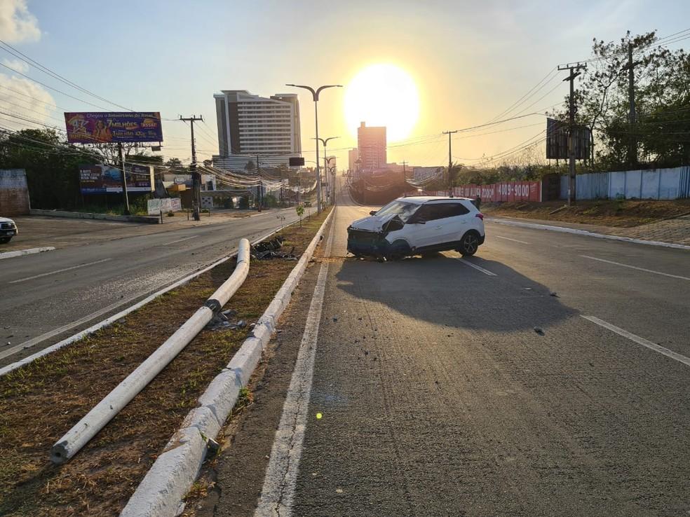 Motorista derrubou o poste de iluminação pública no canteiro central da Avenida dos Holandeses em São Luís — Foto: Douglas Pinto/Grupo Mirante