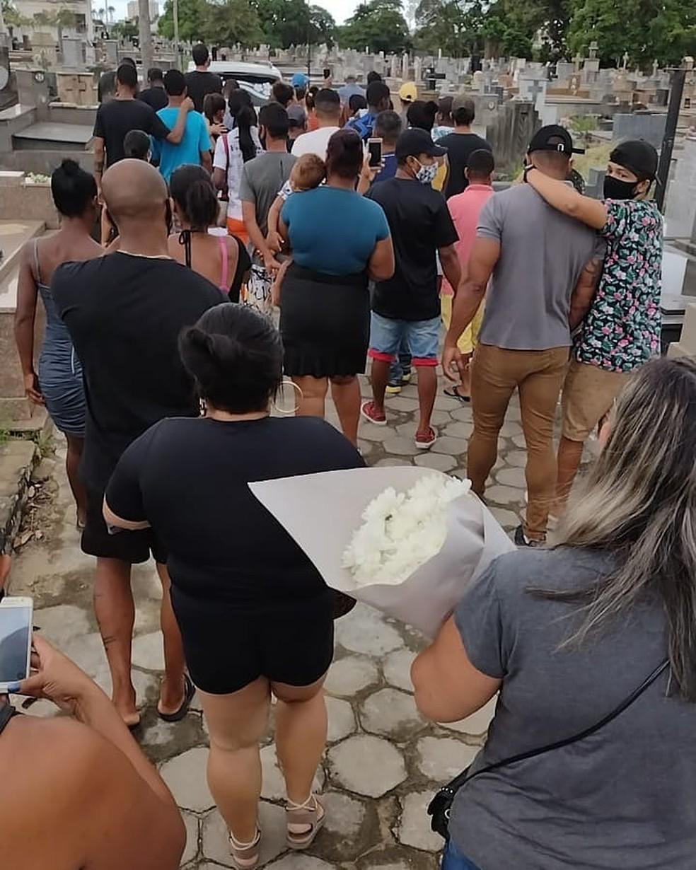 Corpo de Mc Kallebe, de 16 anos, foi sepultado no cemitério do Caju, em Campos, no RJ — Foto: Reprodução/Facebook Edmilson Parango Monteiro