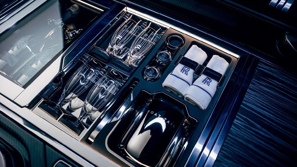 Geladeira feita sob medida para deixar as garrafas das melhores safras de champanhe na temperatura ideal — Foto: Divulgação