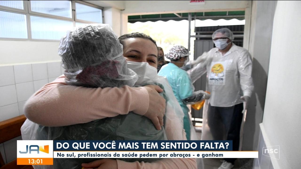 Profissionais da saúde do Sul de SC pedem por abraços