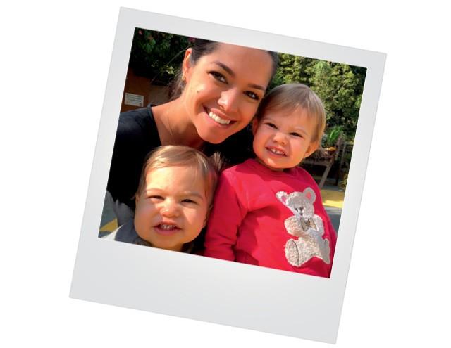 Thais Fersoza na versão mãe, a atriz posa com Teodoro, 1, à esquerda,  e Melinda, 2 (Foto:  arquivo pessoal)