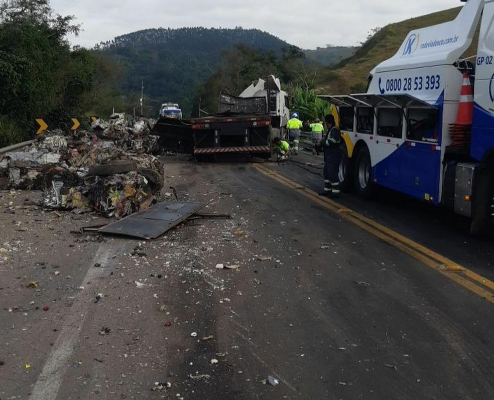 Carreta havia sido destombada por volta das 8h30, diz PRF — Foto: Divulgação/PRF