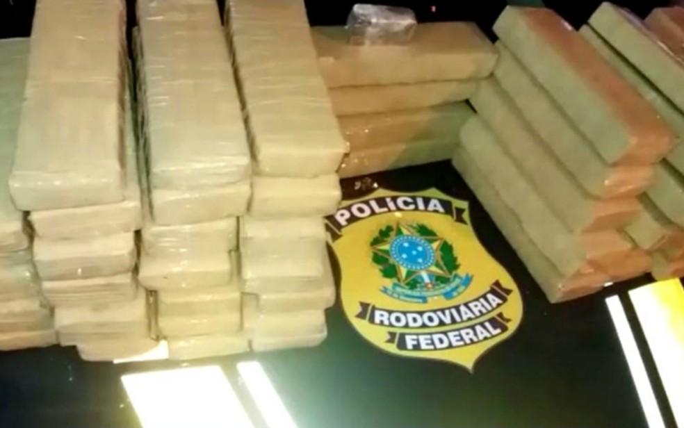 Duas mulheres foram presas com mais de 50 kg de drogas em Jequié — Foto: Divulgação/PRF