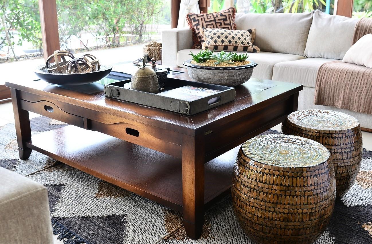 Tons terrosos dominam os objetos sobre a mesa de centro, o tapete e os garden seats  (Foto: Reprodução)