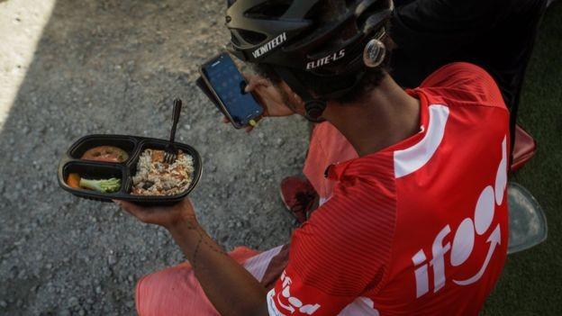 iFood fornece marmita para entregadores que participam de programa de entregas fixas (Foto: LINCON ZARBIETTI, via BBC News Brasil)