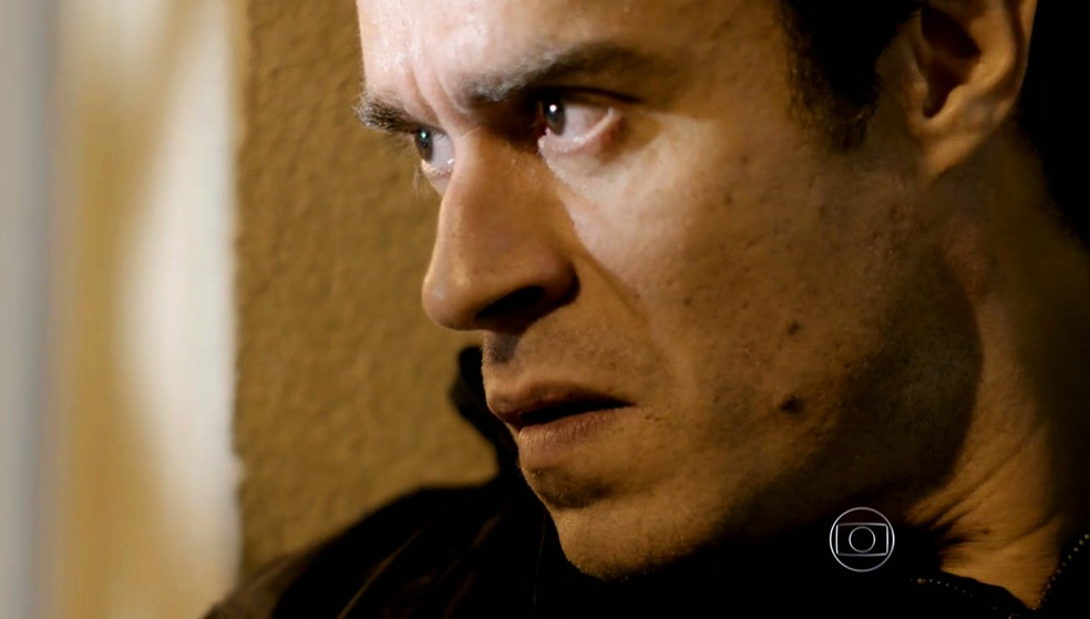 Fernando (Erom Cordeiro) não consegue atirar em Vicente (Rafael Cardoso) no meio da noite - 'Império' — Foto: Globo