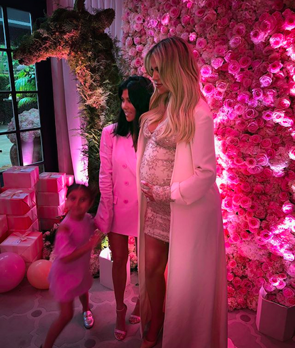 A socialite Kourtney Kardashian no chá de bebê de sua irmã, Khloé kardashian (Foto: Instagram)