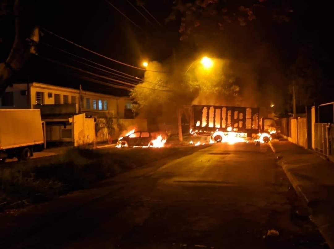FOTOS: ação de quadrilha deixa veículos incendiados e vias interditadas em Araraquara