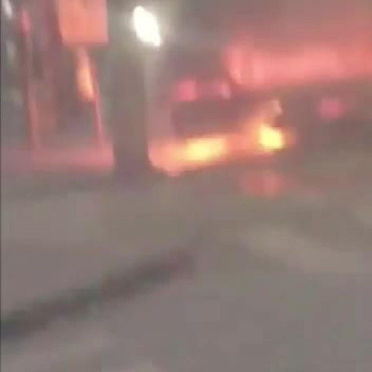 Carro pega fogo na Região do Barreiro, em BH; VÍDEO
