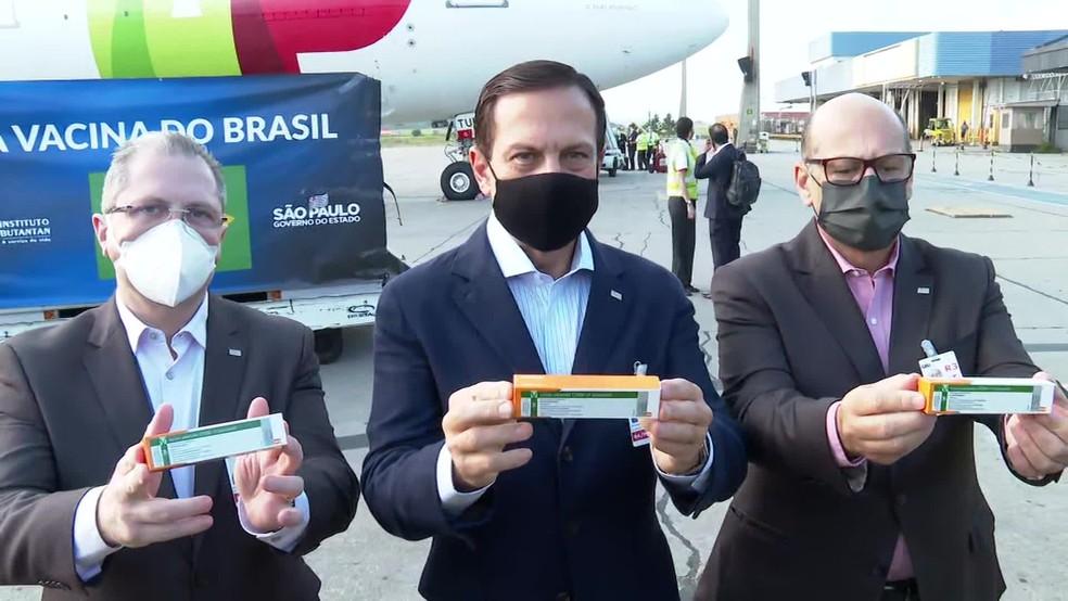 Secretário da Saúde de SP, governador João Doria e diretor do Instituto Butantan, Dimas Covas, acompanharam a chegada o insumo  — Foto: Reprodução/TV Globo